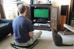 Mężczyzna grający na konsoli