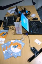 komputer i ulotki na biurku